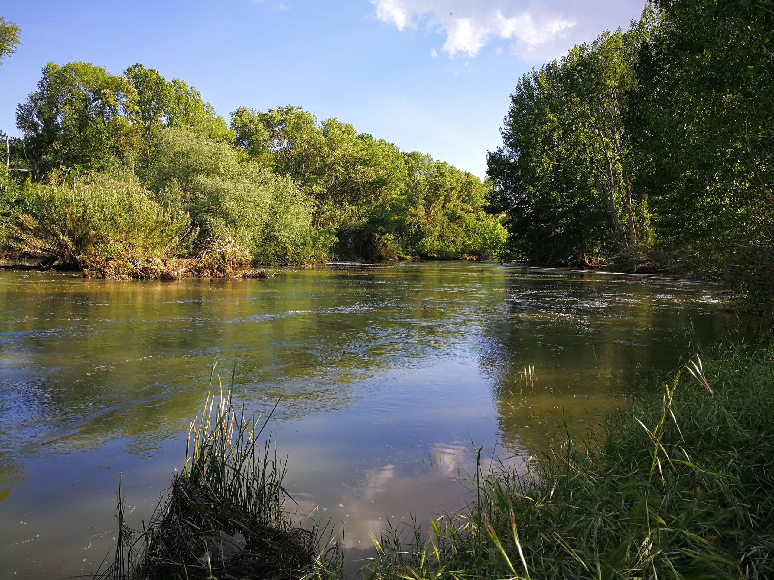 Fluß in Spanien bei schönem Wetter